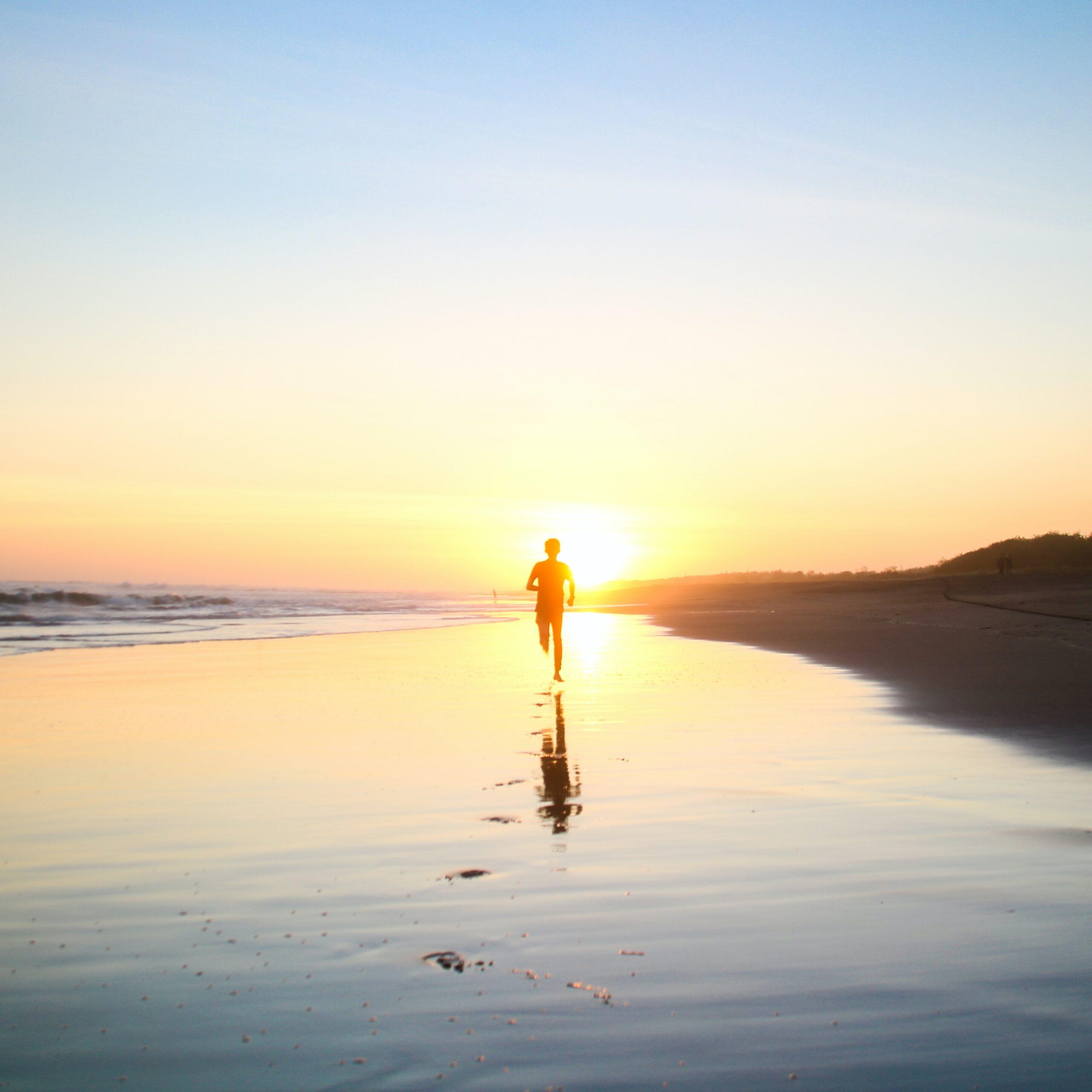 Person løber på stranden